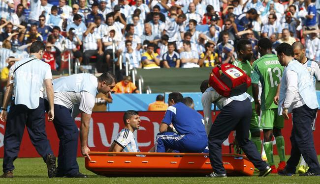 Sergio Aguero sendo retirado de campo durante partida contra Nigéria - Foto: Darren Staples | Ag. Reuters