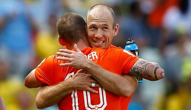 Arjen Robben abraça colega durante comemoração - Foto: Agência Reuters
