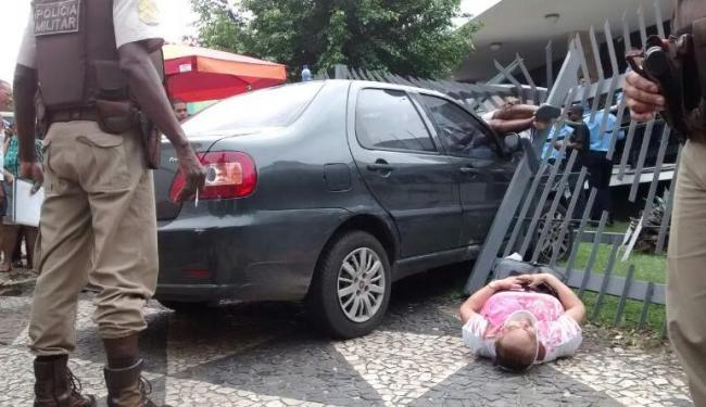 Uma das vítimas ficou no capô do veículo que atropelou três pessoas - Foto: Cláudio Cassino| Ag. A TARDE