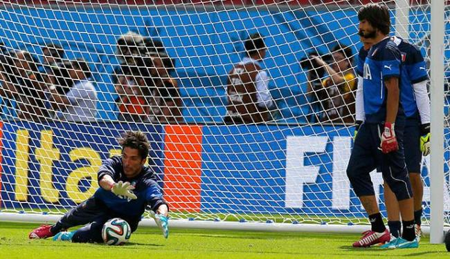 Buffon (E) vai estrear na Copa após ter ficado de fora da estreia, contra a Inglaterra - Foto: Brian Snyder | Agência Reuters