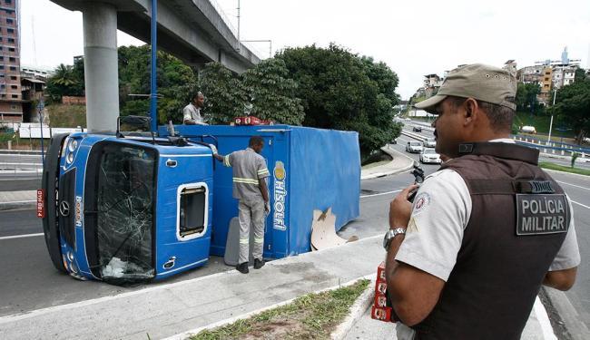 A Polícia Militar estava no local do acidente para evitar saques da carga de cerveja - Foto: Luciano da Matta | Ag. A TARDE