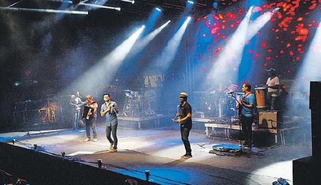 Banda Cangaia de Jegue em ação no palco do 'Arraiá Salvador', que animou a noite de sexta no Wet'n - Foto: Margarida Neide | Ag. A TARDE