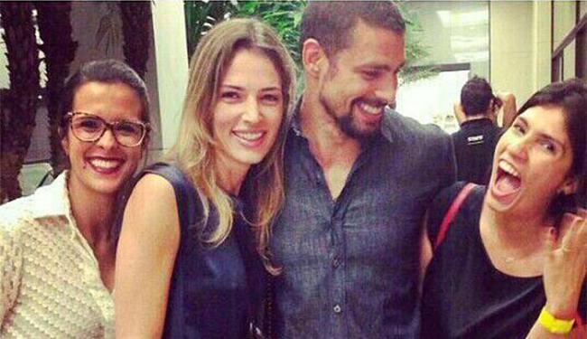 Camila (de azul), Cauã e amigas da ex-modelo - Foto: Reprodução