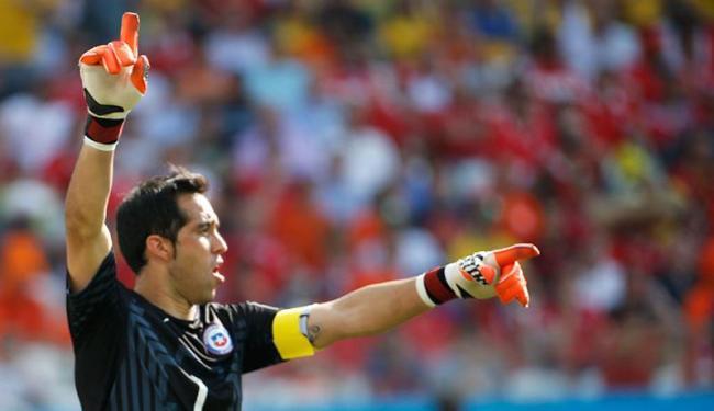 Goleiro chileno é um dos destaques da seleção - Foto: Sergio Moraes | Agência Reuters