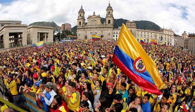 Torcedores da Colômbia celebram vitória do país contra o Uruguai em Bogotá - Foto: Agência Reuters