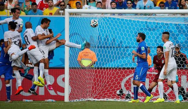 Diego Godin acerta de cabeça e faz o gol da classificação uruguaia - Foto:   Agência Reuters