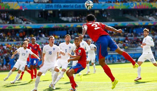 Celso Borges cabeceia para a área para tentar abrir o marcador - Foto: | Agência Reuters