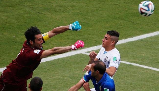 Buffon sai para impedir gol do Uruguai na partida que eliminou a Itália - Foto: Carlos Barria   Agência Reuters