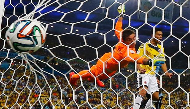 Goleiro uruguaio não consegue parar a Colômbia, que ganha com dois gols - Foto: Agência Reuters