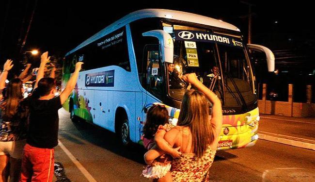 Ônibus com os jogadores usa acesso alternativo e evita contato com a tietagem - Foto: Fco Fontenele l O POVO