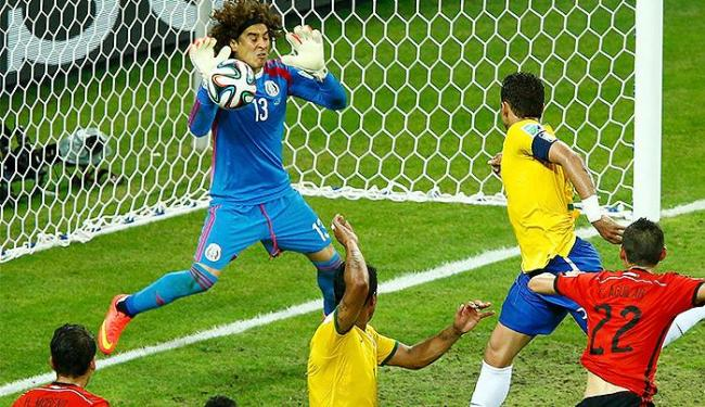 Thiago Silva cabeceia firme, mas o goleiro Ochoa faz grande defesa - Foto: Mike Blake l Reuters