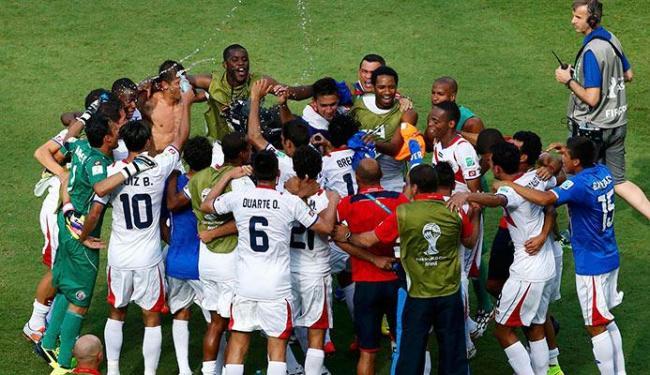Jogadores e comissão técnica da Costa Rica comemora classificação inédita para as oitavas - Foto: Ruben Sprich   Agência Reuters