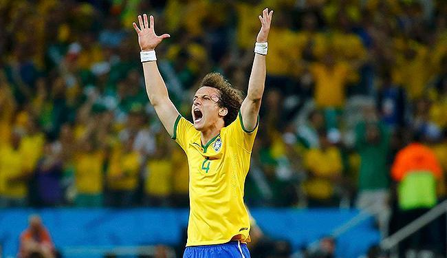 Defensor da Seleção Brasileira comemora virada na estreia - Foto: Kai Pfaffenbach l Reuters