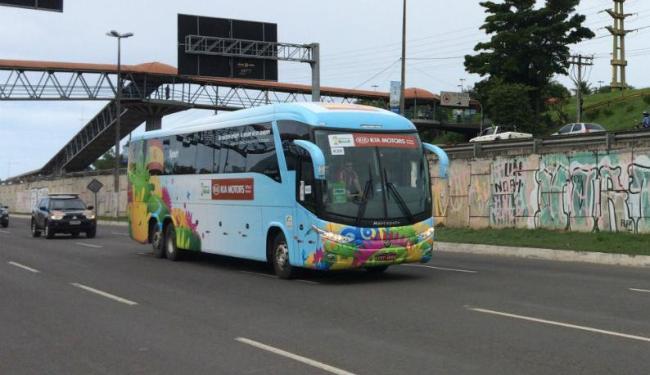 Passagem do ônibus da Delegação Espanhola causa engarrafamento na avenida Paralela - Foto: Daniela Mazzei | Ag. A TARDE
