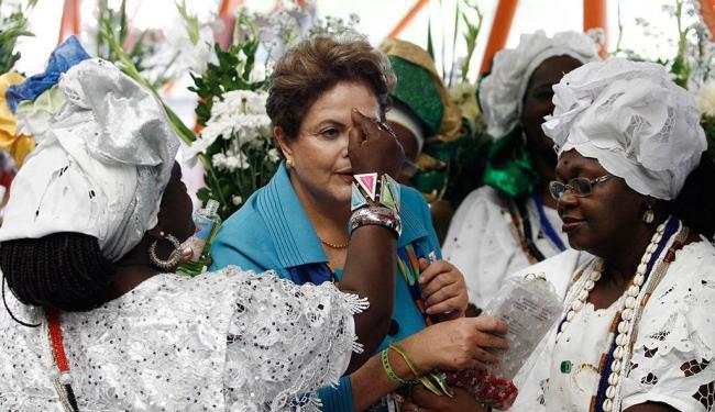 Antes de viagem inaugural do metrô, Dilma é benzida por baianas - Foto: Raul Spinassé | Ag. A TARDE