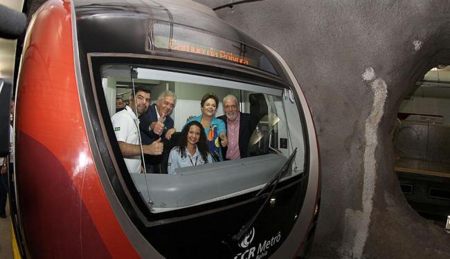 Dilma ao lado do governador Jaques Wagner na cabine do metrô - Foto: Manu Dias   GOVBA