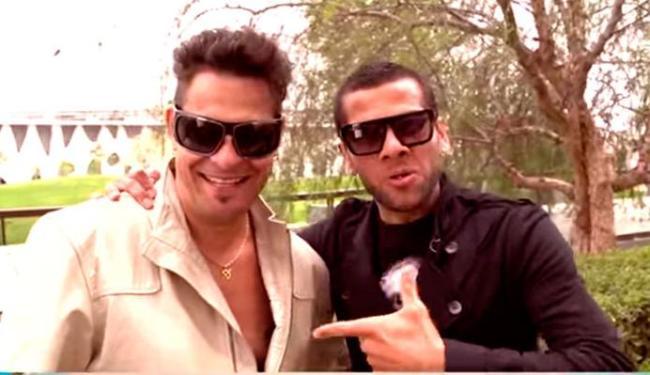 Daniel Alves apresentou o amigo Edu Casanova para o público - Foto: Reprodução