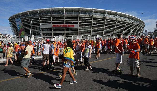 Torcidas já estão na Fonte Nova para a partida Espanha x Holanda - Foto: Carlos Casaes   Ag. A TARDE