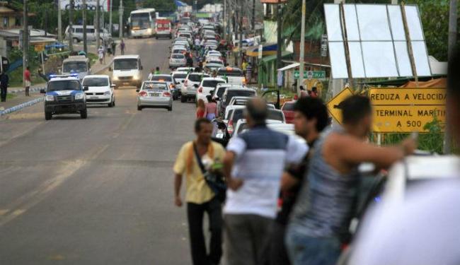 Às 15h, a fila para chegar ao Terminal de Bom Despacho alcançava a entrada de Mar Grande - Foto: Joá Souza | Ag. A TARDE