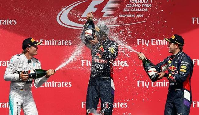 Nico Rosberg e Sebastian Vettel dão banho de champagne em Daniel Ricciardo - Foto: Chris Wattie | Agência Reuters