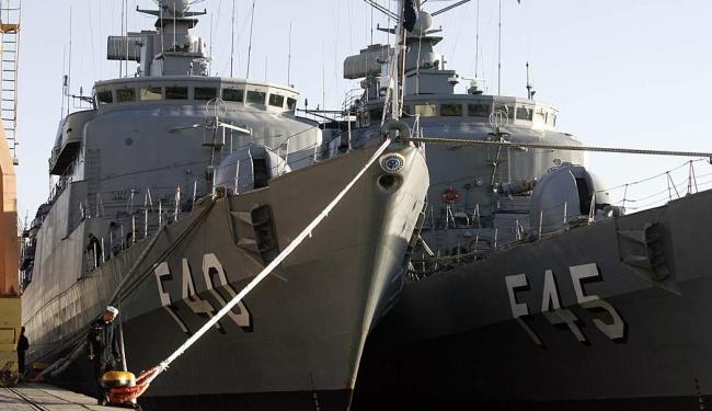 Navios ancoraram no porto por volta das 14h de domingo. A fragata União segue hoje para fazer inspeç - Foto: Raul Spinassé | Ag. A TARDE