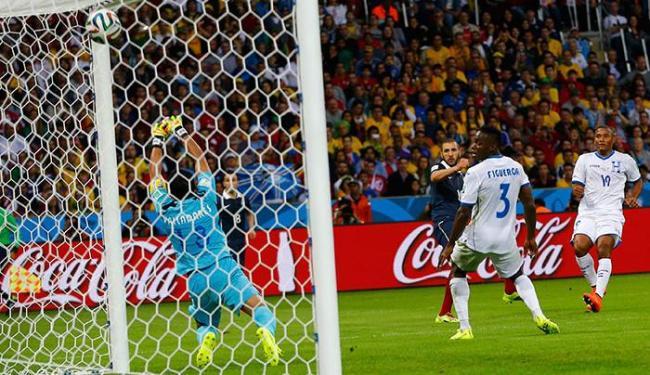 Benzema marca o terceiro gol da França - Foto: Agência Reuters