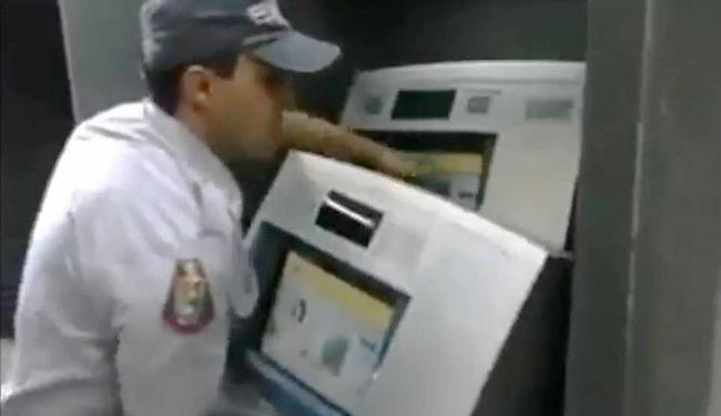 Policial demonstra como o esquema de fraudes funciona - Foto: Reprodução | Youtube