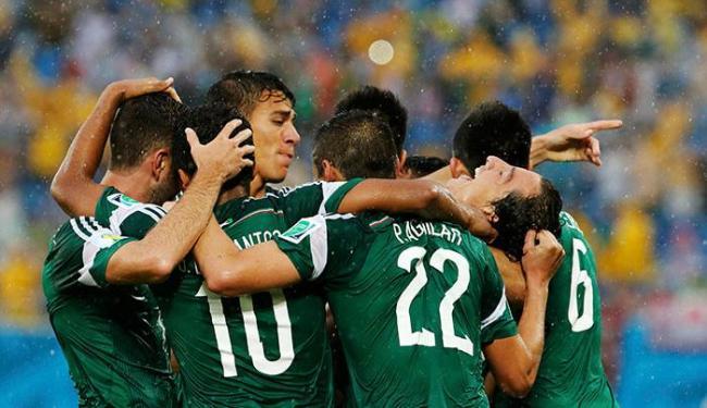 Mexicanos comemoram o gol de Peralta contra o Camarões - Foto: Agência Reuters