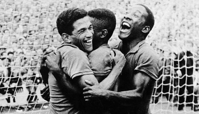 Garrincha, Pelé e Djalma Santos comemoram o gol do Brasil em um dos jogos de 58 - Foto: Divulgação