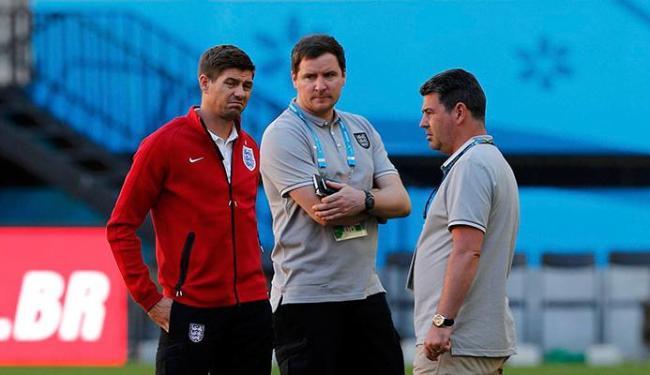O capitão inglês Gerrard conversa com a comissão técnica da Inglaterra - Foto: Andrés Stapff | Agência Reuters