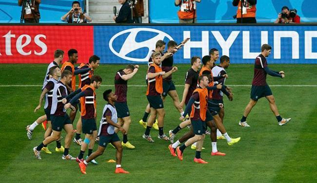 Desclassificado, jogadores da seleção inglesa treinam de forma descontraída - Foto: Leonhard Foeger | Agência Reuters