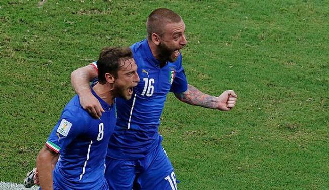 Claudio Marchisio comemora após marcar um gol com companheiro de equipe Daniele De Rossi - Foto: REUTERS/Andres Stapff