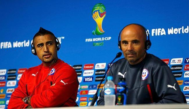 Ao lado de Vidal, o técnico Sampaoli (à dir.) promete jogo bom nesta segunda-feira - Foto: Ivan Alvarado l Reuters