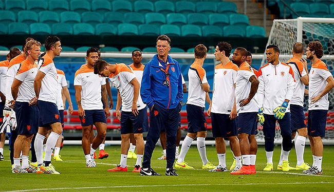 Louis van Gaal (C) comanda treino na Arena Fonte Nova - Foto: Michael Dalder l Reuters