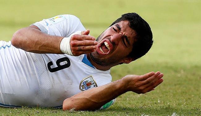 Luis Suárez ficou caído no gramado após confusão com Chielline na área - Foto: Tony Gentile l Reuters