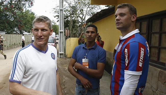 2e3a49c1097ab ... Manuel Neuer e Bastian Schweinsteigger vestiram a camisa tricolor