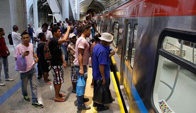 Usuários foram conhecer o metrô no primeiro dia de funcionamento - Foto: Joa Souza | Ag. A TARDE
