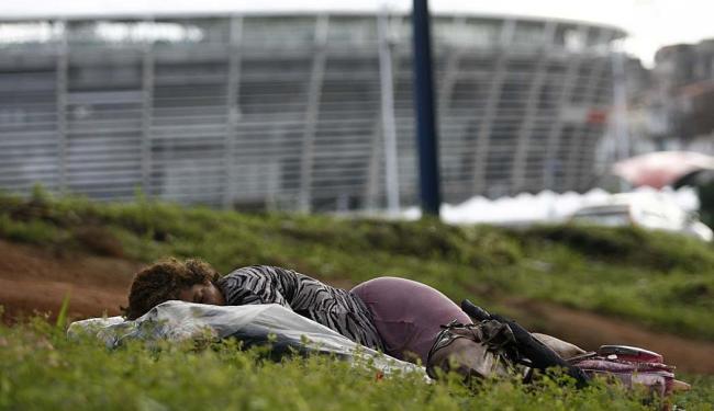 Mulher dorme em cama improvisada em canteiro da estação do metrô, em Nazaré - Foto: Raul Spinassé | Ag. A TARDE