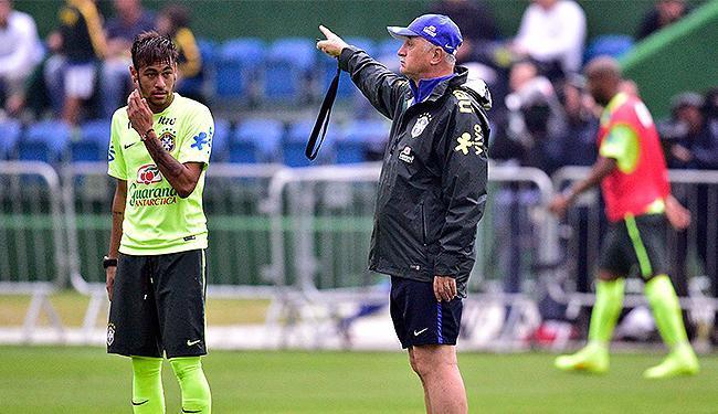 Após susto com Neymar, Felipão usou o lance para cobrar mais cautela no treino - Foto: Gaspar Nóbrega l VIPCOMM