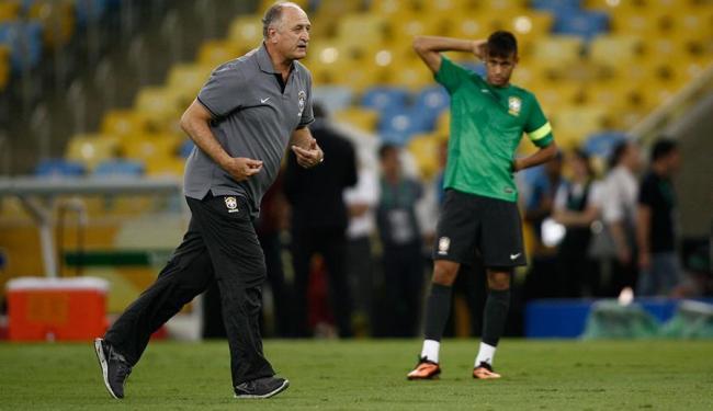 Neymar observa o técnico Felipão durante treinamento - Foto: Ivan Alvarado | Agência Reuters