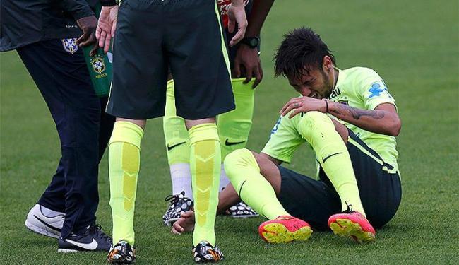Principal craque da Seleção, Neymar pisou em falso e se queixou de dores no tornozelo direito - Foto: Marcelo Regua l Reuters