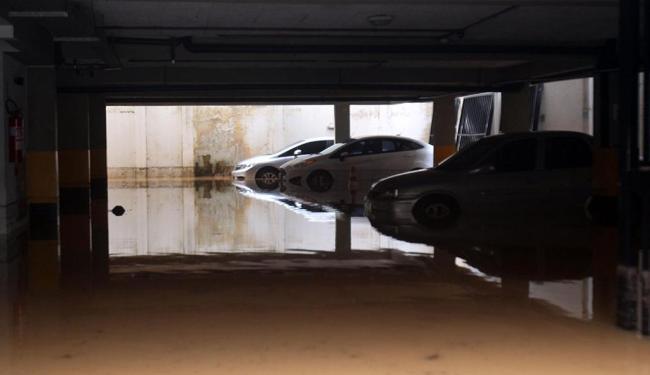 Situação em que ficou o estacionamento do edifício Mãe, no bairro de Ondina - Foto: Lúcio Távora   Ag. A TARDE