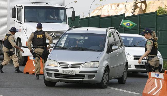 Inspetores da PRF promovem blitz e convocam motoristas para palestras no posto em Simões Filho - Foto: Marco Aurélio Martins | Ag. A TARDE