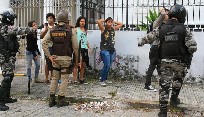 Grupo de manifestantes foi cercado e preso pelos PMs - Foto: Joa Souza | Ag. A TARDE