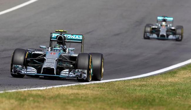 Rosberg foi seguido de perto por Hamilton, mas seguiu líder até a bandeirada final - Foto: Bernadett Szabo | Agência Reuters