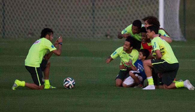 Garoto invadiu o treino da Seleção e teve alguns minutos para tietar os jogadores da Seleção - Foto: Marcelo Regua   Agência Reuters