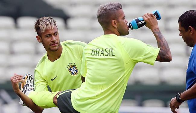 Neymar e Daniel Alves mostraram o novo visual durante o treino - Foto: Jefferson Bernardes | VIPCOMM
