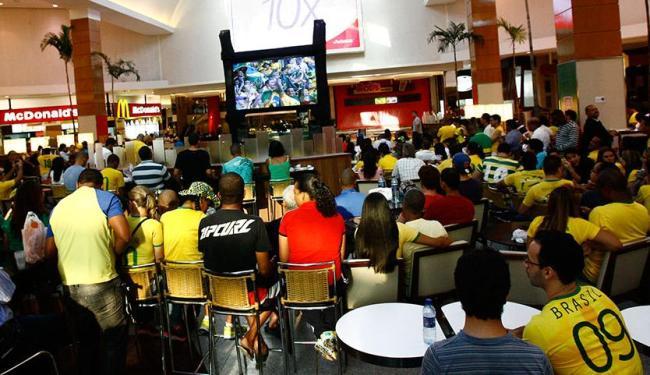 Lojistas, funcionários e clientes se reúnem em praça de alimentação de centro para assistir ao jogo - Foto: Margarida Neide | Ag. A TARDE