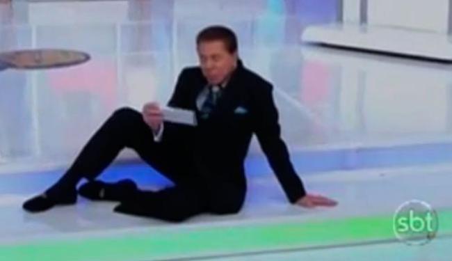 Apresentador Silvio Santos caiu mas não perdeu a pose - Foto: Reprodução | Youtube