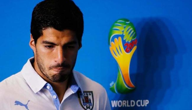 Suárez chegou a Montevidéu por volta das 5h - Foto: Agência reuters